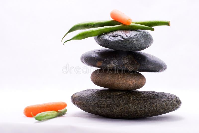 Pirâmide de alimento - feijões verdes e cenouras de bebê fotografia de stock royalty free
