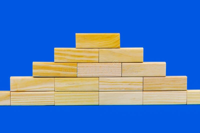 Pirâmide de blocos de madeira imagens de stock