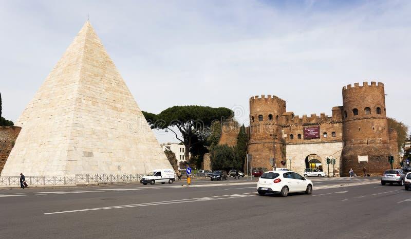Pirâmide de Caius Cestius e San Paolo Gate em Roma foto de stock royalty free