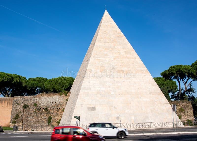 """A pirâmide de Cestius é uma pirâmide de 18†antigo """"12 BC em Roma, Itália fotografia de stock"""