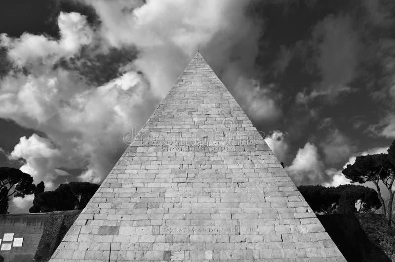 Pirâmide de Cestius com nuvens foto de stock royalty free
