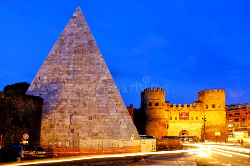 Pirâmide de Cestius e de Porta San Paolo imagens de stock royalty free