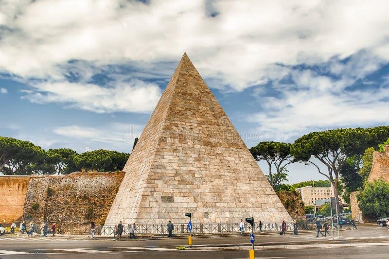 Pirâmide de Cestius, marco icônico em Roma, Itália imagens de stock royalty free