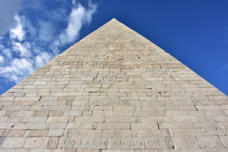 Pirâmide de Cestius no centro de Roma fotos de stock