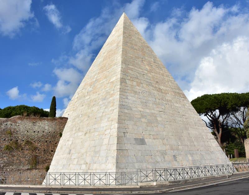 A pirâmide de Cestius viu através de Ostiensis em Roma imagens de stock royalty free