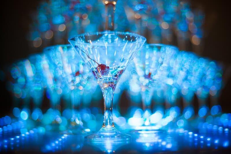 Pirâmide de copos de vinho do feriado com vinho ou champanhe Foco seletivo foto de stock royalty free