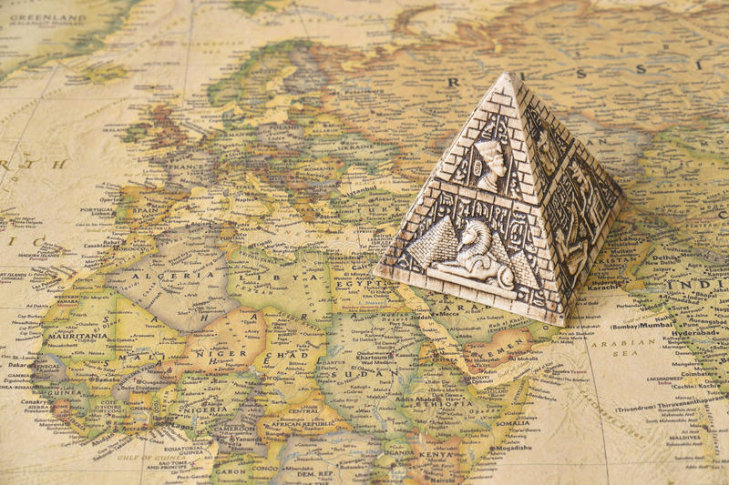 Pirâmide de Egito no mapa fotografia de stock royalty free