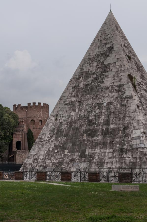 Pirâmide de Gaius Cestius em Roma Itália fotografia de stock