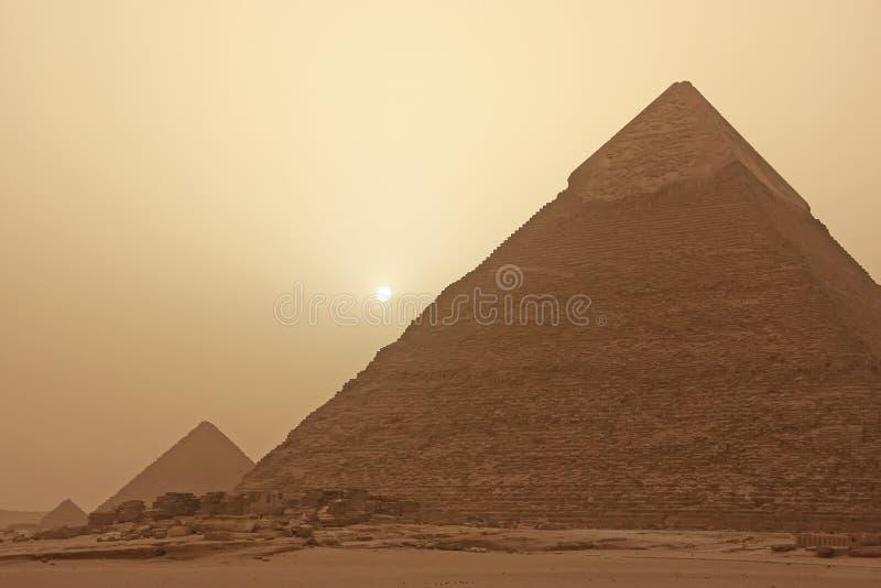 Pirâmide de Khafre em uma tempestade de areia, o Cairo fotografia de stock royalty free