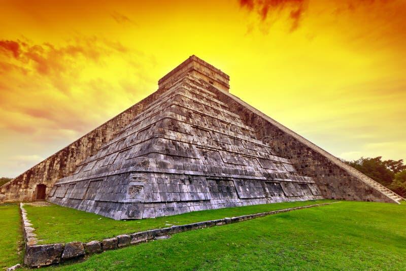 Pirâmide de Kukulkan em Chichen Itza no por do sol foto de stock royalty free