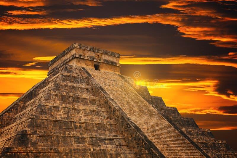Pirâmide de Kukulkan no local de Chichen Itza imagens de stock