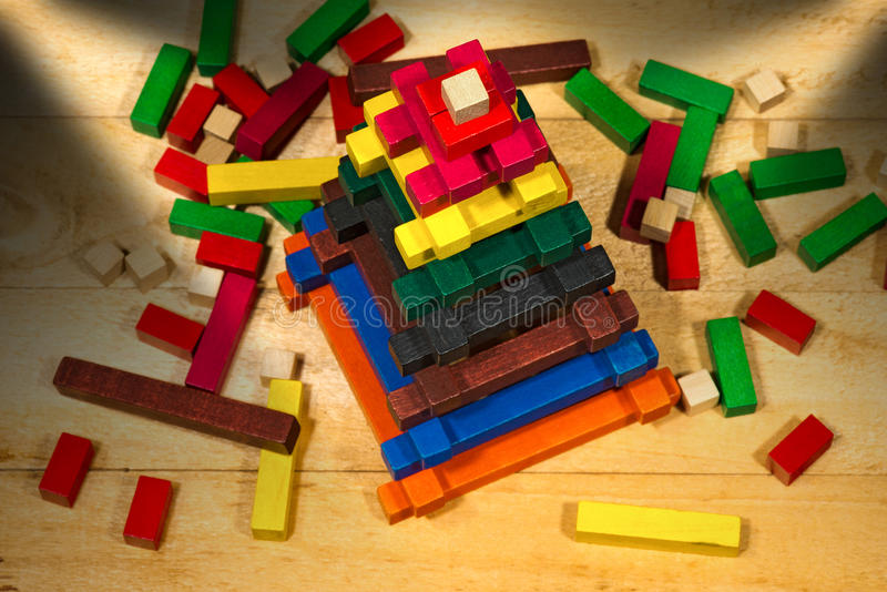 Pirâmide de madeira - brinquedo com partes coloridas foto de stock