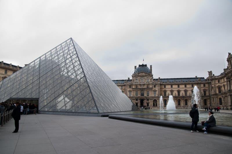 Pirâmide de Musée du Grelha fotografia de stock royalty free