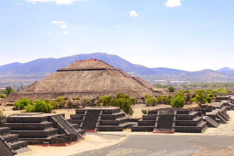 Pirâmide de Sun e de avenida dos mortos, Teotihuacan, México fotografia de stock royalty free