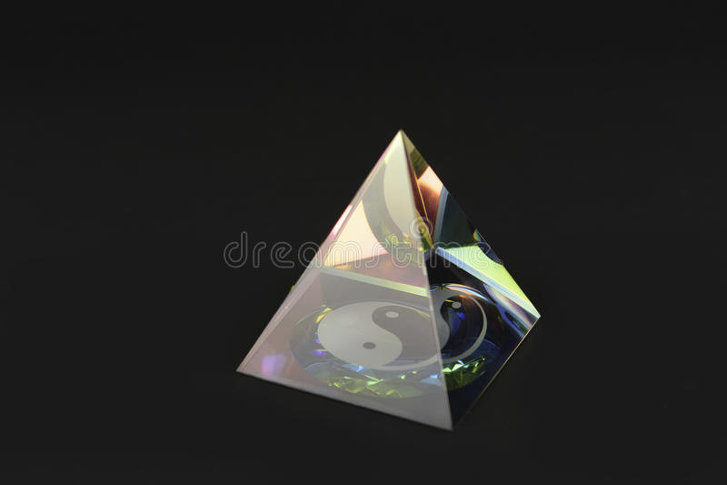 Pirâmide de vidro do yin yang imagem de stock royalty free