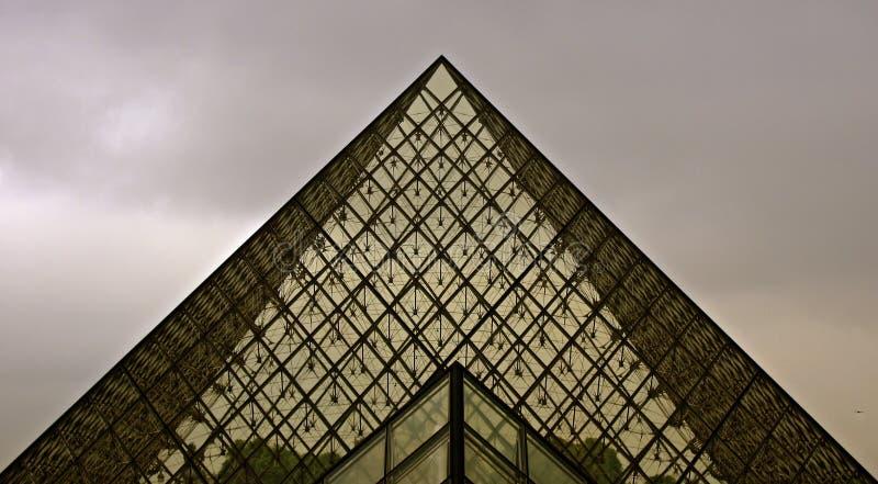 Pirâmide do Louvre do vidro fotografia de stock