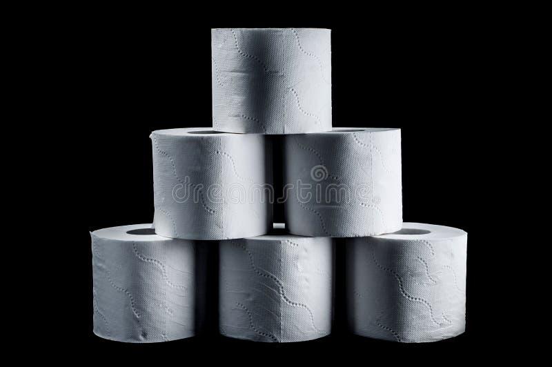 Pirâmide do papel higiênico branco em um fundo preto, isolado da dois-camada fotografia de stock