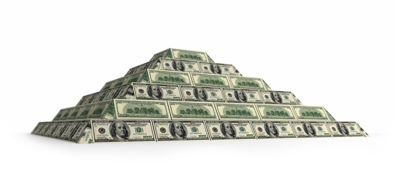 Pirâmide financeira do dólar com profundidade de campo imagens de stock
