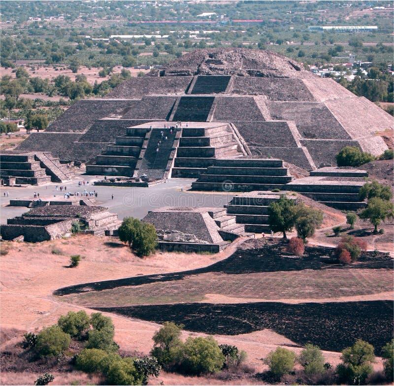 Pirâmide mexicana no distante fotos de stock royalty free