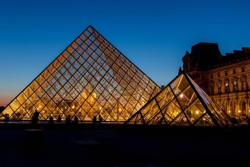Pirâmide na noite - Paris do Louvre, França fotos de stock