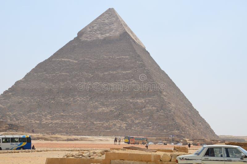 Pirâmide na poeira da areia sob nuvens cinzentas fotografia de stock royalty free
