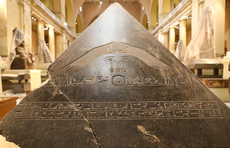 Pirâmide no museu egípcio, o Cairo, Egito fotos de stock
