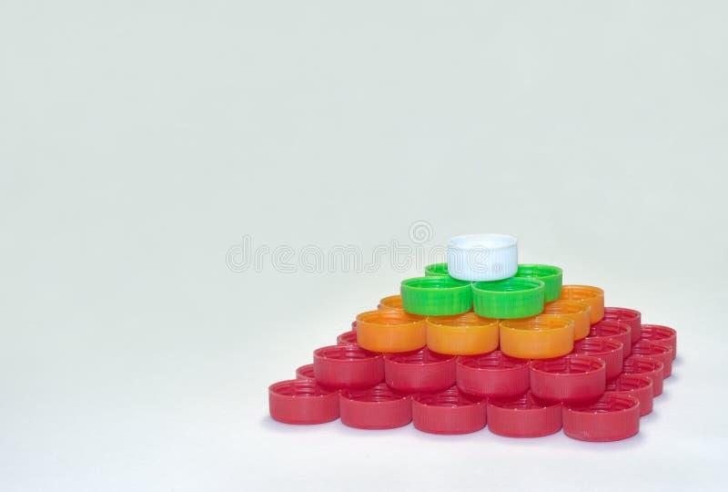 Pirâmide quadrangular regular dos brancos, vermelhos, verdes, st das laranjas fotografia de stock