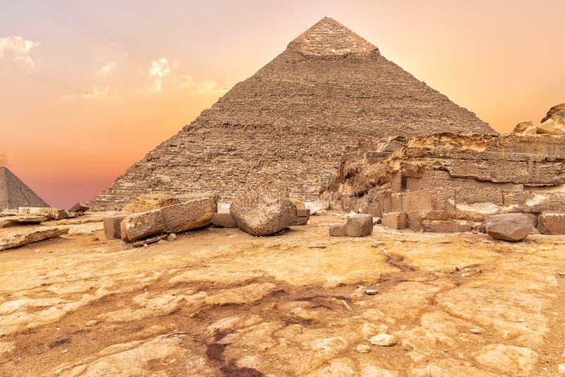 A pirâmide ruínas do templo de Khafre e de Giza, opinião do por do sol, Egito foto de stock