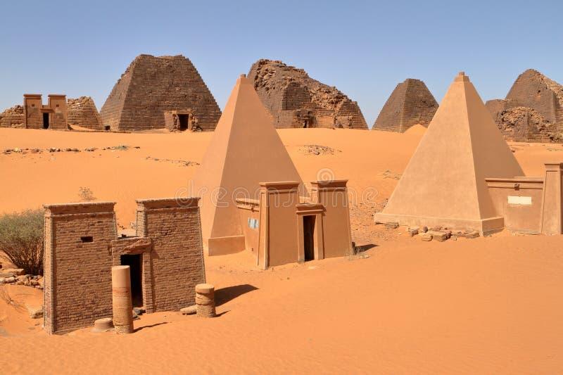 Pirâmides de Meroe no Sahara de Sudão fotografia de stock royalty free