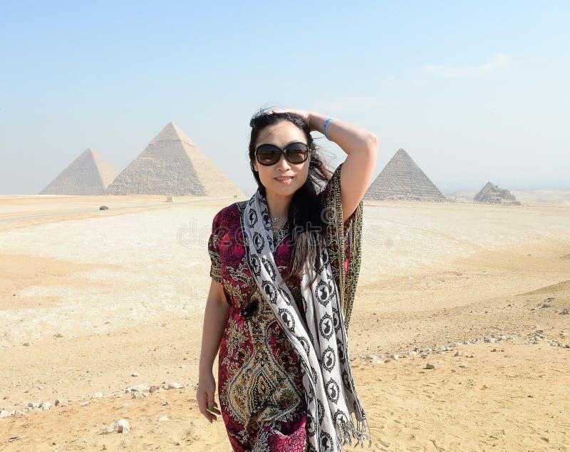 Pirâmides de visita da mulher fotografia de stock royalty free