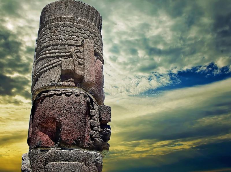 Pirâmides e estátuas de Tula imagem de stock