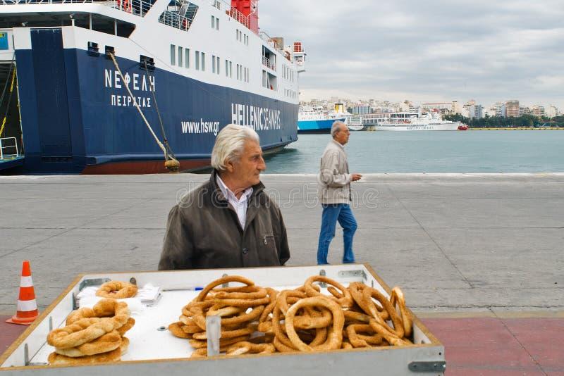 PIRÄUS, GRIECHENLAND: Der Hafen von Piräus umfasst normalerweise die Zeitpläne zu den populärsten griechischen Inseln stockfotos