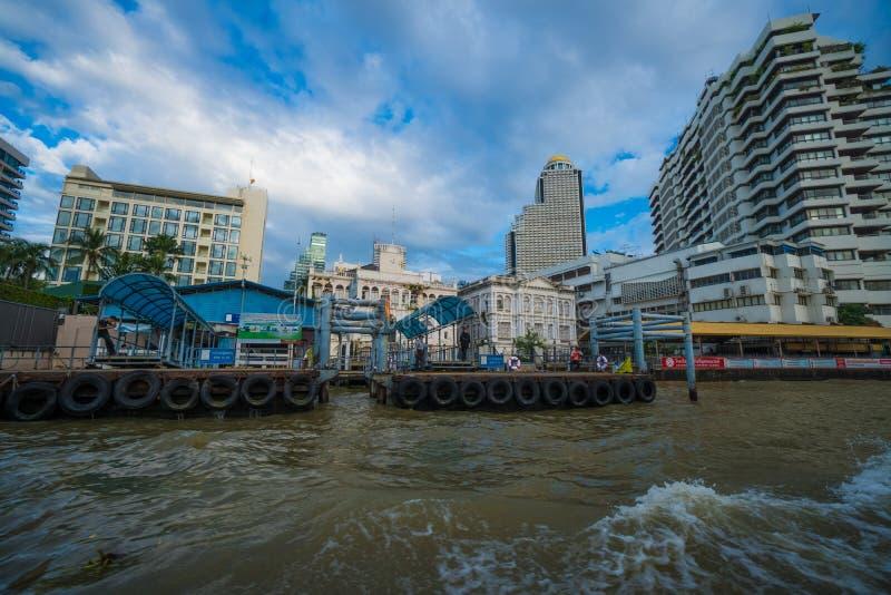 Pir för att resa längs Chao Phraya River på den vanliga stadsfartyglinjen, Bangkok royaltyfri fotografi