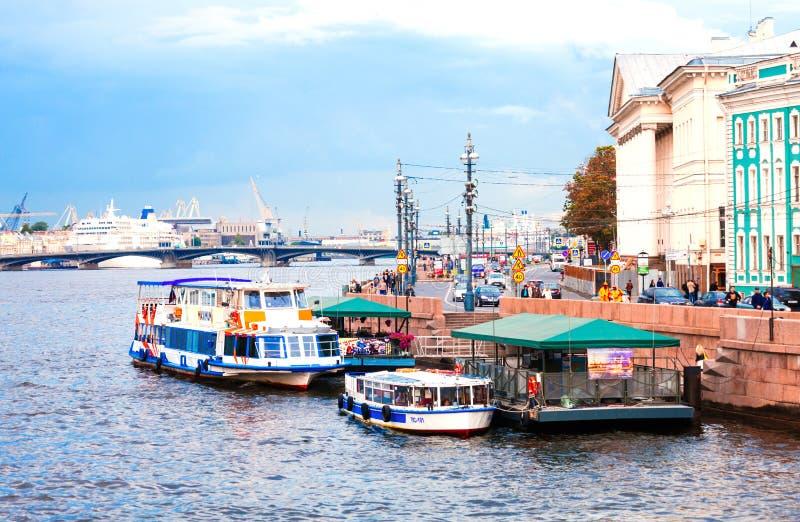 Pir för nöjefartyg på den Neva floden i St Petersburg fotografering för bildbyråer