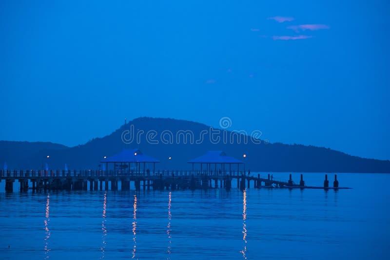 Pir framme av stranden i morgonsoluppgången Phuket thailand arkivbild