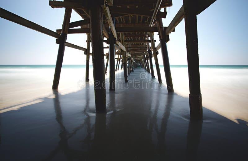 Pir i San Clemente California som sprutar ut in i turkoshavet arkivfoto