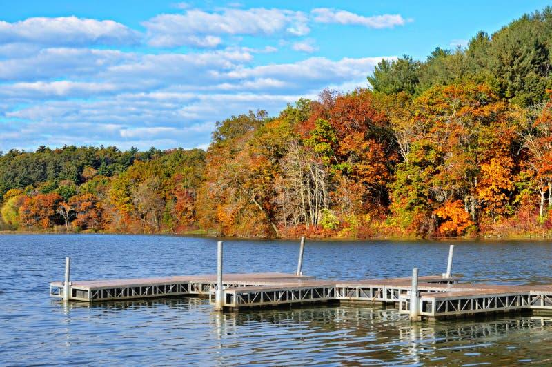 Pir i sjön, Autumn Colors royaltyfria bilder