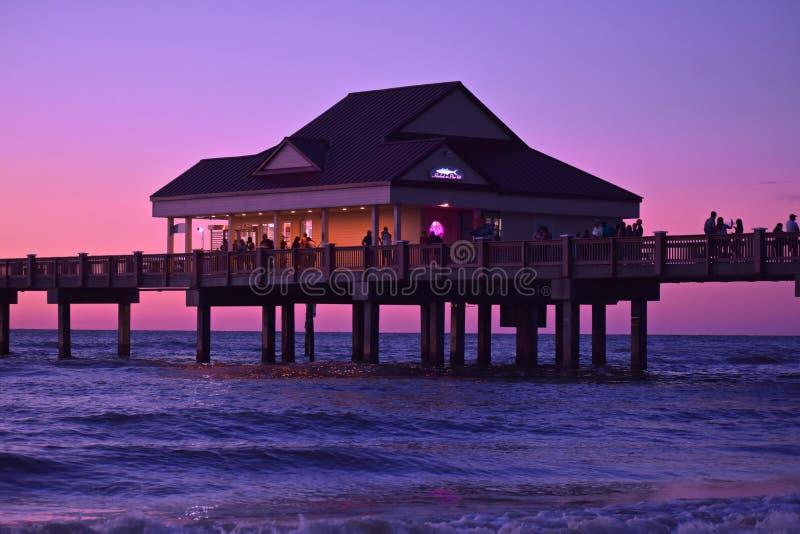 Pir 60 lokaliseras idealt på denberömda mousserande Clearwater stranden arkivbilder