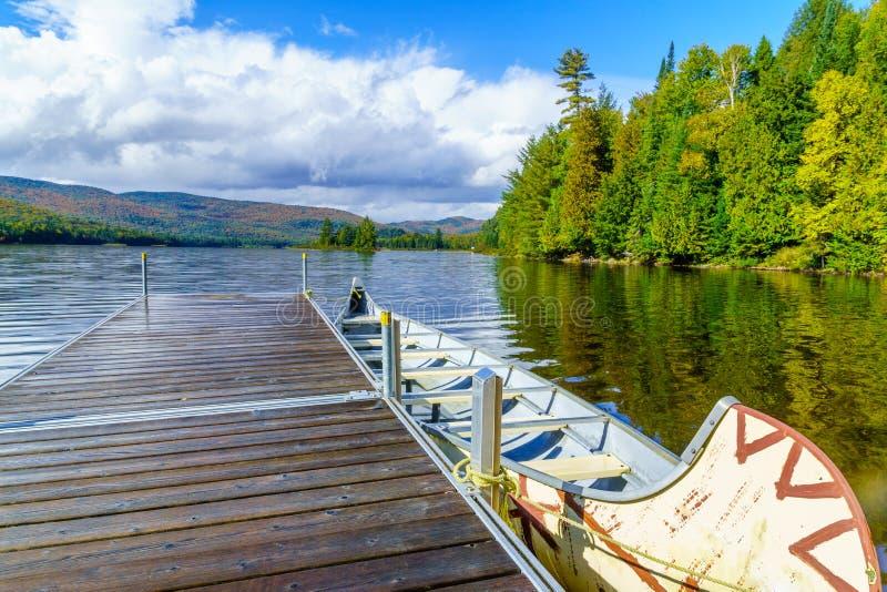 Pir och fartyg i Monroe Lake, i Mont Tremblant National Park royaltyfri fotografi