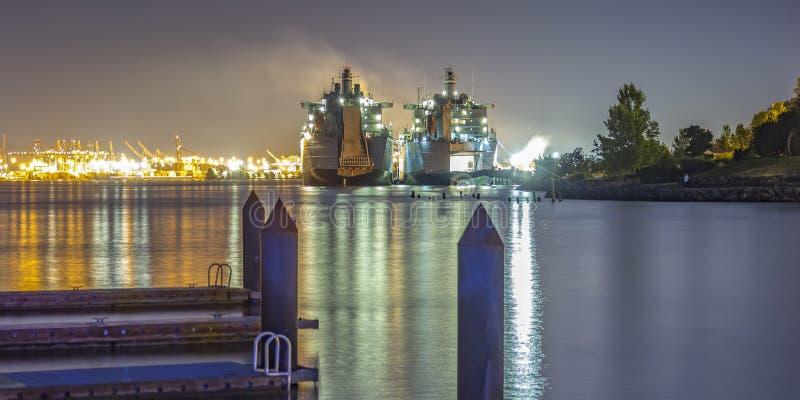 Pir och fartyg på det refective havet i Tacoma WA royaltyfri bild