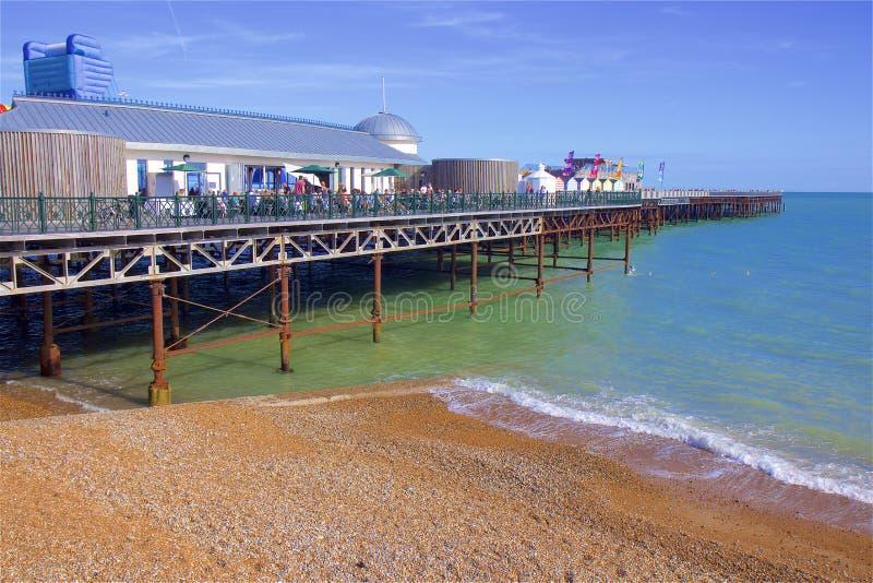 Pir och strand i Hastings, UK royaltyfri bild