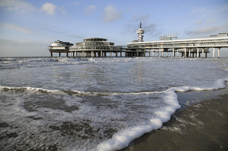 Pir på den Scheveningen stranden i Hague royaltyfria bilder