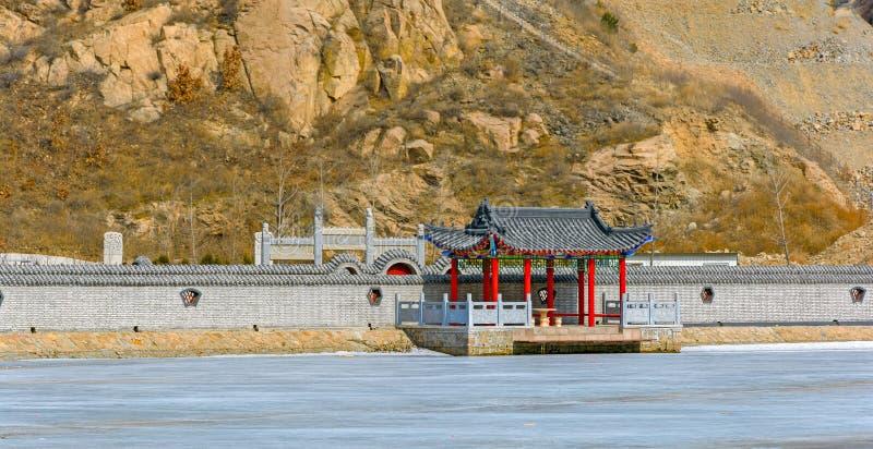 Pir på denbåge bron på den stora Kina väggen i vinter royaltyfri bild