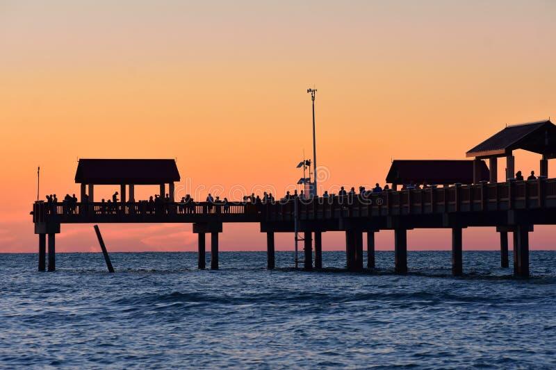 Pir 60 på färgrik solnedgångbakgrund Det är ett av denutrustade och attraktivaste fien royaltyfri fotografi