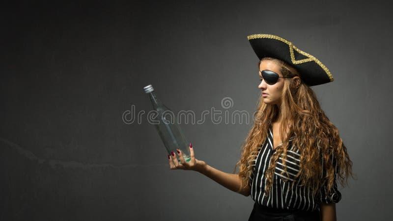 Piraat die messagge in een lege fles zoeken royalty-vrije stock afbeelding