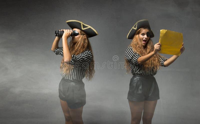 Piraat die schat zoeken stock afbeeldingen