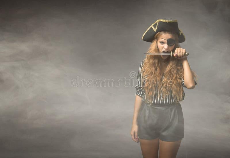 Piraat het bijten mes met tanden stock afbeelding
