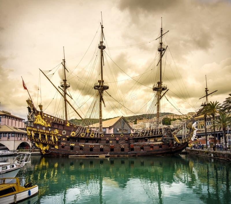 Piraat het varen de haven geel onweer cloudscape Ligurië Italië van Genua van het schipgaljoen sailer royalty-vrije stock afbeelding