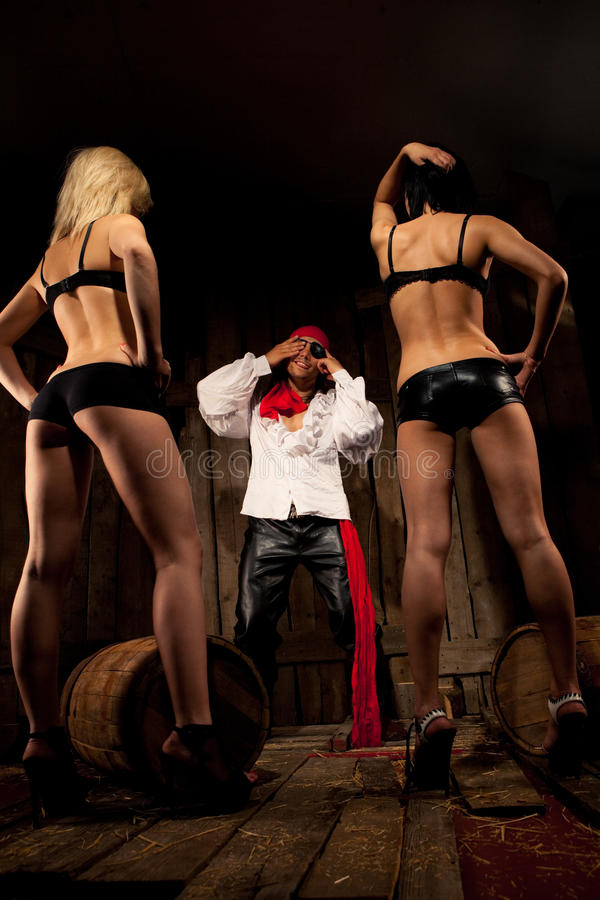 Piraat met paar Sexy meisjes stock foto