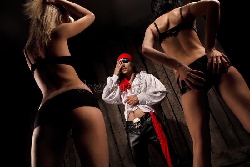 Piraat met paar Sexy meisjes royalty-vrije stock afbeelding